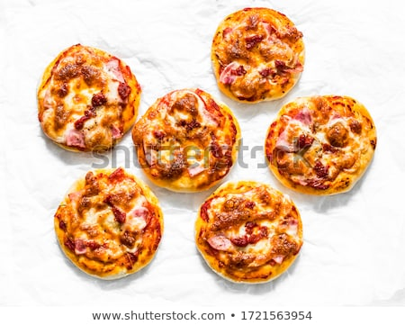 mini · pizza · azeitonas · bacon · queijo · comida - foto stock © kitch