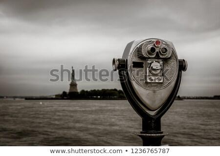 Turista látcső hörcsög sziget Manhattan sziluett Stock fotó © vwalakte