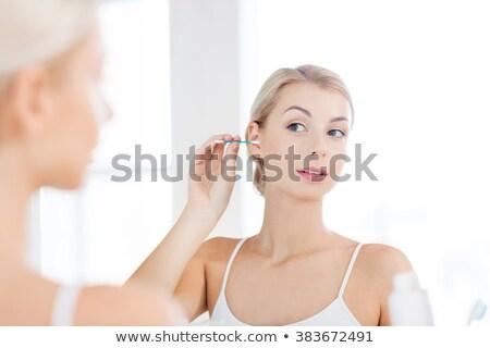 Femme nettoyage oreille coton salle de bain beauté Photo stock © dolgachov