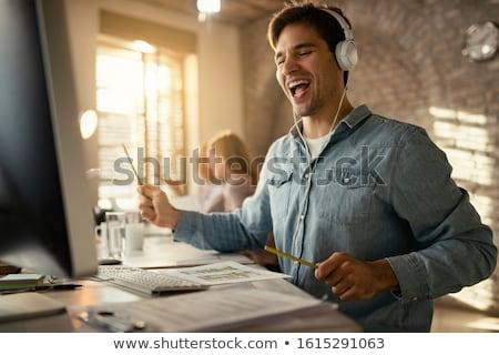 młody · człowiek · słuchanie · muzyki · słuchawki · portret · uśmiech · twarz - zdjęcia stock © is2