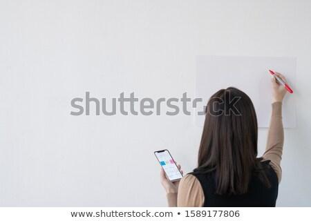 Widok z tyłu młodych kobieta interesu nauczyciel smartphone wyróżnienia Zdjęcia stock © pressmaster