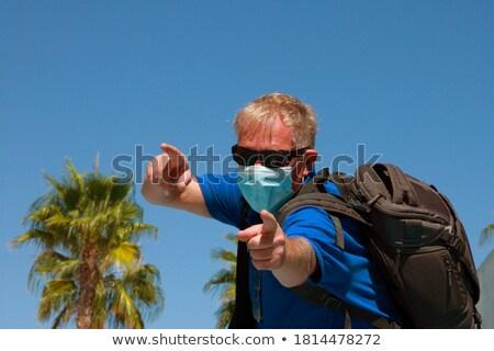 jeune · homme · lunettes · de · soleil · élégant · blanche · homme - photo stock © feedough