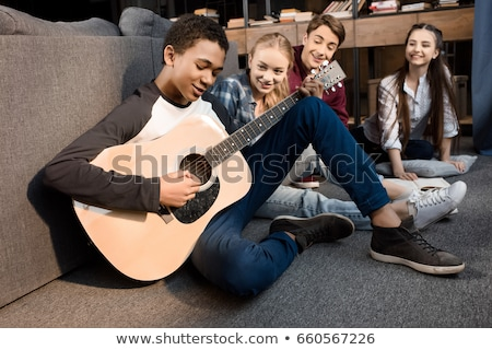 adolescentes · jugando · guitarra · nina · hombre · grupo - foto stock © photography33
