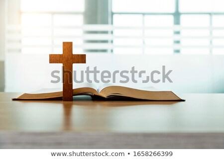 Kruis bijbel antieke hout houten tafel top Stockfoto © Gordo25