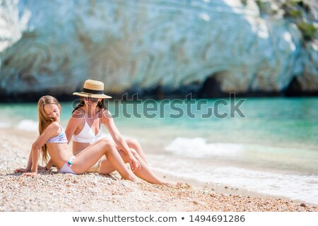 матери · мало · дочь · пляж · женщину · ребенка - Сток-фото © luckyraccoon