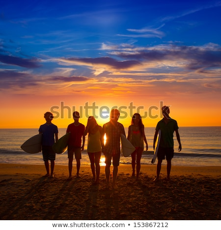 sörfçü · genç · plaj · sörf · bakıyor · dalgalar - stok fotoğraf © iofoto