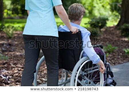 Infirmière poussant femme fauteuil roulant femmes médicaux Photo stock © monkey_business