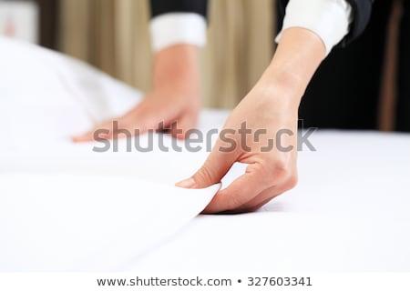 Foto stock: Mpregada · doméstica · fazendo · cama · no · quarto · do · hotel