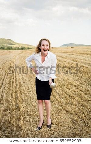 Kobieta interesu ogrodzenie pole pszenicy pszenicy miecz Błękitne niebo Zdjęcia stock © IS2