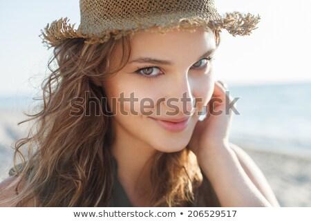 Mooi meisje aantrekkelijk meisje permanente houding naar zicht Stockfoto © MilanMarkovic78