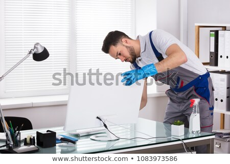 jóvenes · masculina · limpieza · plataforma · vista · lateral - foto stock © AndreyPopov