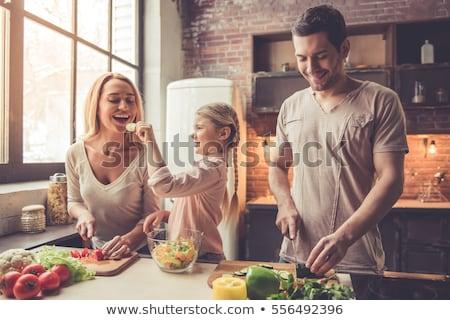 Famille heureuse cuisine femme fille boulangerie ensemble Photo stock © vkstudio