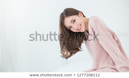 Foto stock: Sorridente · feminino · quarto · cama · folha · mulher