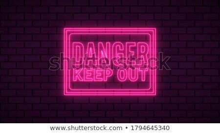 Niebezpieczeństwo na zewnątrz podpisania murem starych czerwony Zdjęcia stock © Ashnomad