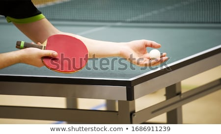 Kadın oynama masa tenisi duvar gülen ayakta Stok fotoğraf © IS2