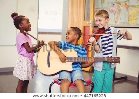 Stock foto: Chulmädchen · spielt · Gitarre · im · Musikunterricht