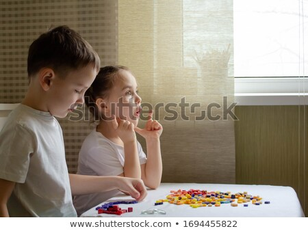 Dois irmãos jogar quebra-cabeça tabela quarto Foto stock © ruslanshramko