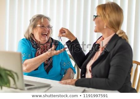 Senior adulto donna casa tasti agente immobiliare Foto d'archivio © feverpitch