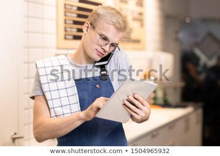 młodych · pracownik · biurowy · konsultacji · ktoś · smartphone · stałego - zdjęcia stock © pressmaster