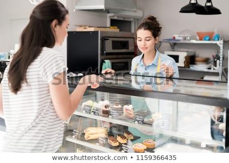 Klant vrouw banketbakkerij kiezen cake kopen Stockfoto © Kzenon