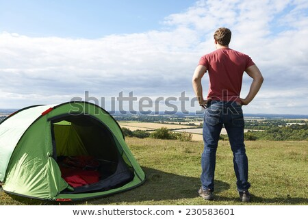 Hombre camping vista hombres vacaciones Foto stock © HighwayStarz