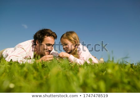 Foto stock: Dois · meninas · mentir · grama · cabeça