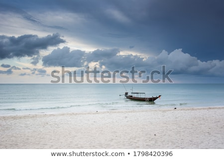 Foto stock: Largo · cola · barcos · playa · nubes · de · tormenta · playa · tropical