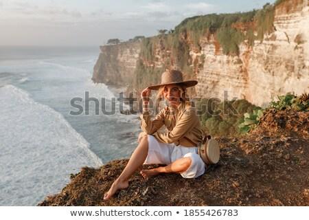 Mosolyog női turista szalmakalap vízpart boldog Stock fotó © stevanovicigor