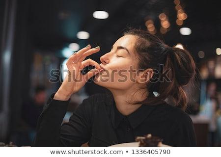 Mulher jovem alimentação bolo de chocolate tabela feminino sorridente Foto stock © IS2