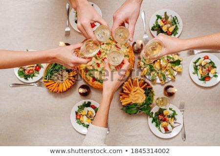 Geserveerd tabel verscheidene jonge vrienden fluiten Stockfoto © pressmaster