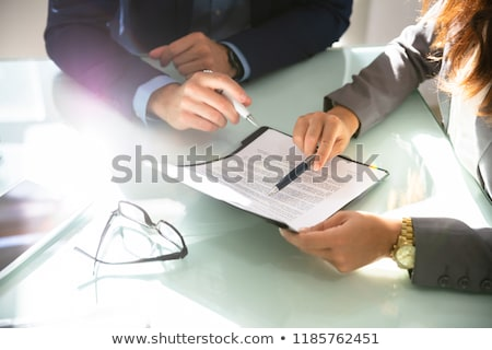 Contrato documento auditor discutir advogado negócio Foto stock © AndreyPopov