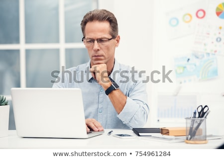 senior · homem · usando · laptop · sorridente · sessão · sala · de · estar - foto stock © luminastock