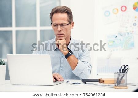 Stockfoto: Senior · man · met · behulp · van · laptop · glimlachend · vergadering · woonkamer