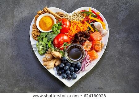 verdure · fresche · a · forma · di · cuore · tavolo · in · legno · rustico · stile - foto d'archivio © fisher