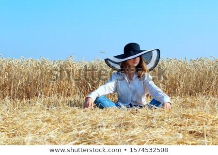 Jong meisje meditatie weide blauwe hemel glimlach gezondheid Stockfoto © Raduntsev