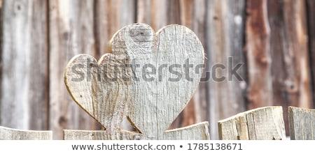 Forma de corazón madera mirar fuera puerta Foto stock © Alvinge