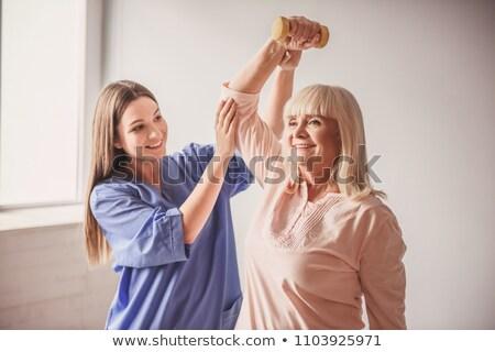 hermosa · enfermera · ayudar · paciente · familia · mano - foto stock © wavebreak_media