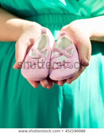 Terhes nő zöld ruha has tart rózsaszín Stock fotó © Yatsenko