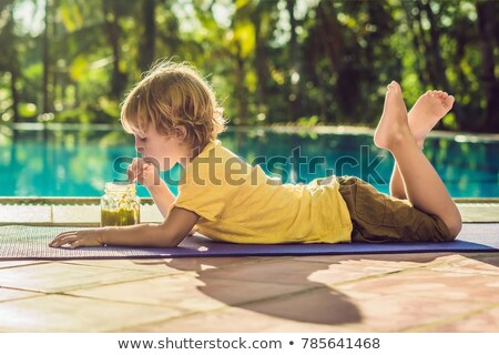 Fiú iszik zöld smoothie medence lány étel Stock fotó © galitskaya