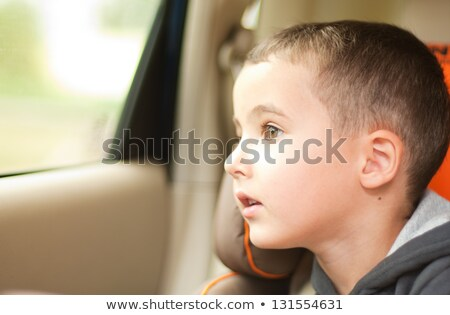 curioso · pequeño · nino · coche · viendo · ventana - foto stock © pekour