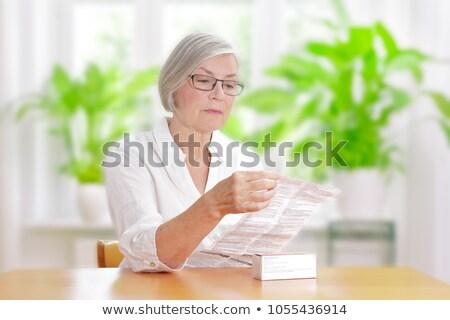 Vrouw lezing informatie drug verpakking vrouwen Stockfoto © HighwayStarz