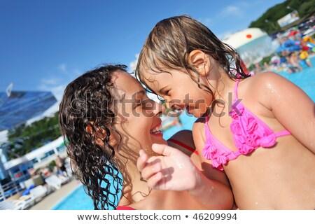 Foto stock: Sorridente · bela · mulher · little · girl · piscina