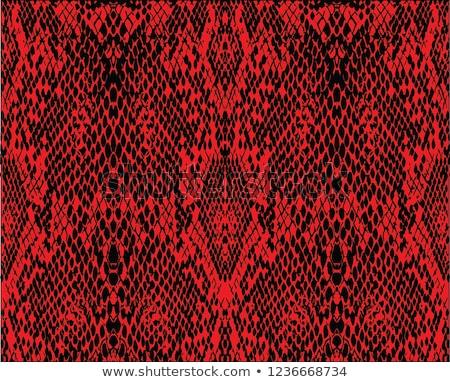 Змея с красными рисунками