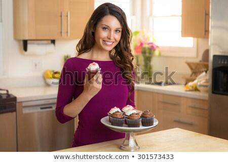 Retrato menina bolo em pé cozinha casa Foto stock © wavebreak_media