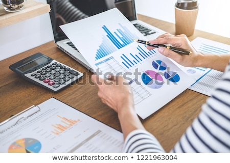 vrouwelijke · boekhouder · financiële · grafiek · gegevens · calculator - stockfoto © freedomz