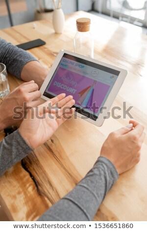 Mano nina senalando touchpad pantalla casa Foto stock © pressmaster