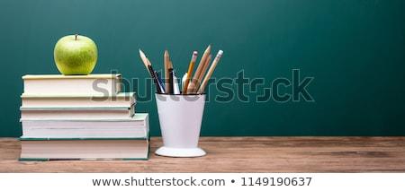 Foto stock: Aula · pizarra · libros · plumas · manzana · manzana · roja