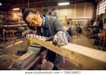 Vrouwelijke timmerman meisje glimlach gebouw hout Stockfoto © photography33