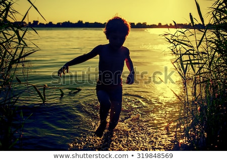 silhueta · crianças · pôr · do · sol · lagoa · feliz · criança - foto stock © Paha_L