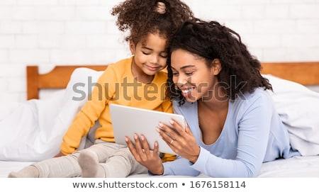 Foto stock: Mãe · filha · digital · comprimido · sessão · sofá
